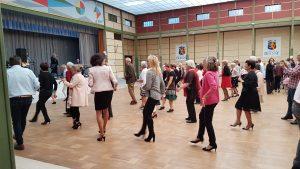des seniors dansant