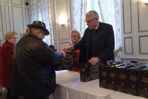 Monsieur le Maire remettant un colis à une personne âgée