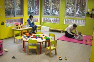 une salle de jeu avec des parents jouant avec un enfant